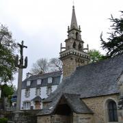église Saint Guénolé devant la Demeure des Tilleuls
