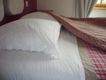Gros plan literie chambre d'hôtes Armeline